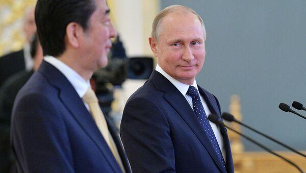Shinzo Abe i Władimir Putin - Sputnik Polska