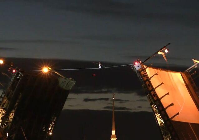 Linoskoczek przeszedł po linie rozciągniętej  nad otwartym Mostem Pałacowym