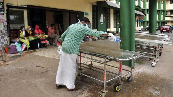 Czyszczenie łożek szpitalnych w Kozhikode, Indie - Sputnik Polska
