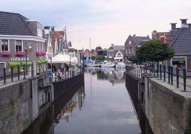 Widok na kanał i ulicę w Holandii
