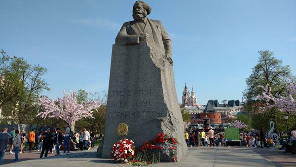 Pomnik Karola Marksa przy Placu Teatralnym w Moskwie - Sputnik Polska