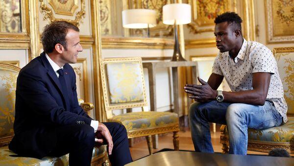 Prezydent Francji Emmanuel Macron i Mamoudou Gassama z Mali na spotkaniu - Sputnik Polska