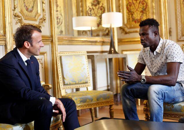 Prezydent Francji Emmanuel Macron i Mamoudou Gassama z Mali na spotkaniu