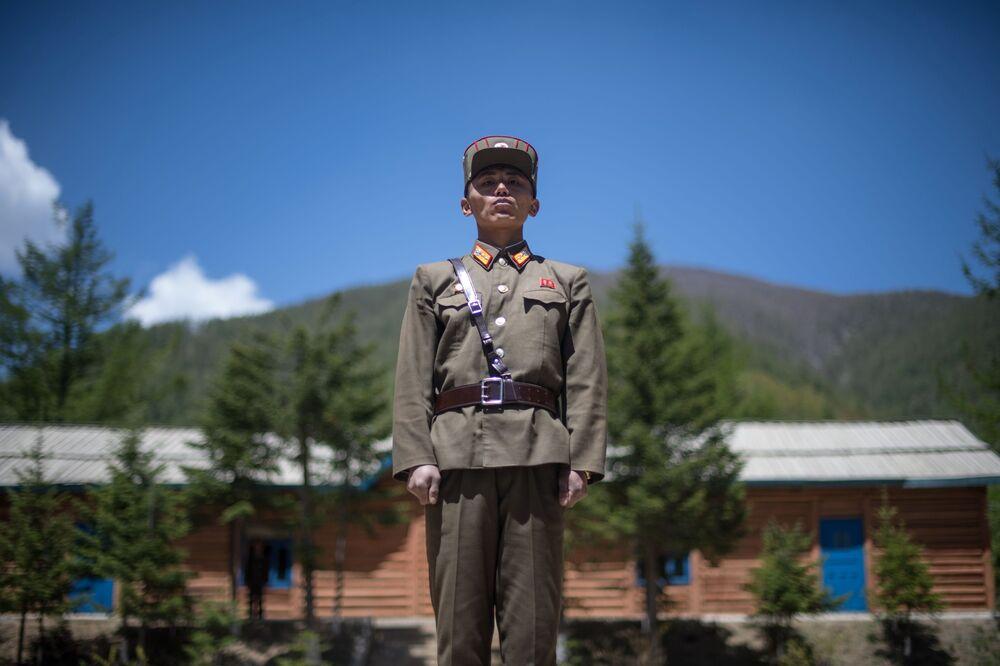 Wojskowi na poligonie jądrowym Punggye-ri na północy KRLD