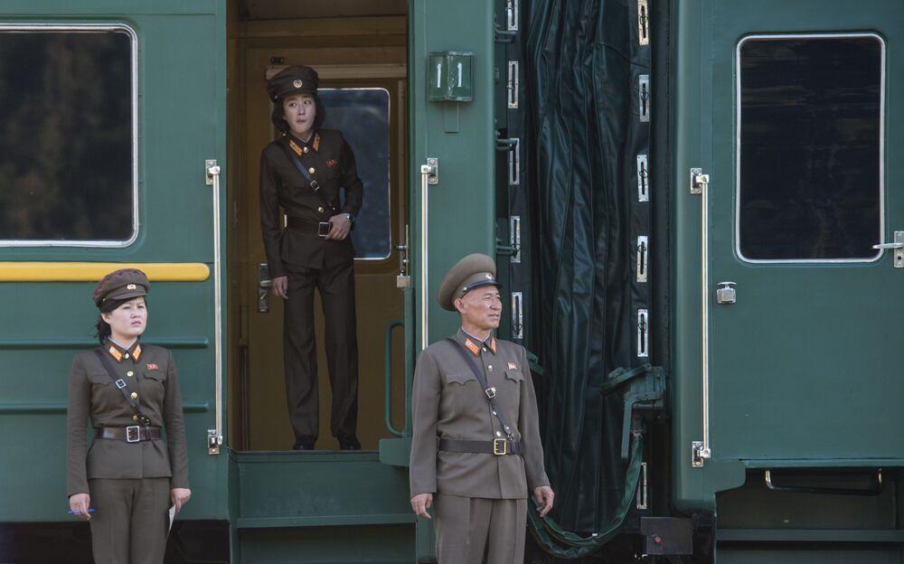Wojskowi obok wagonu pociągu, którym dziennikarze wyjechali na zamknięcie poligonu Punggye-ri