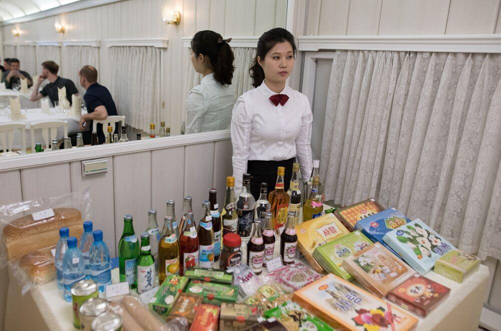 Kelnerka w wagonie gastronomicznym w pociągu, którym dziennikarze wyruszyli na zamknięcie poligonu jądrowego Punggye-ri