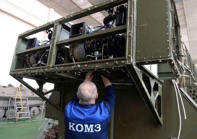 Pracownik Kazańskiej Fabryki Optyczno-Mechanicznej w montowni systemów walki radioelektronicznej 1L262E Rtut-BM