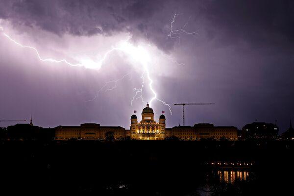 Błyskawice nad szwajcarskim Pałacem federalnym w Bernie - Sputnik Polska