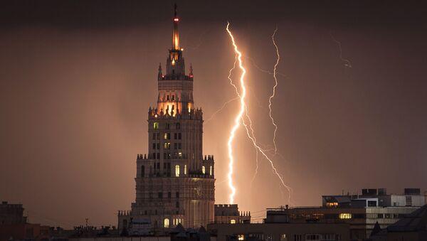 """Błyskawice w Moskwie nad """"stalinowskim wieżowcem"""" - Sputnik Polska"""