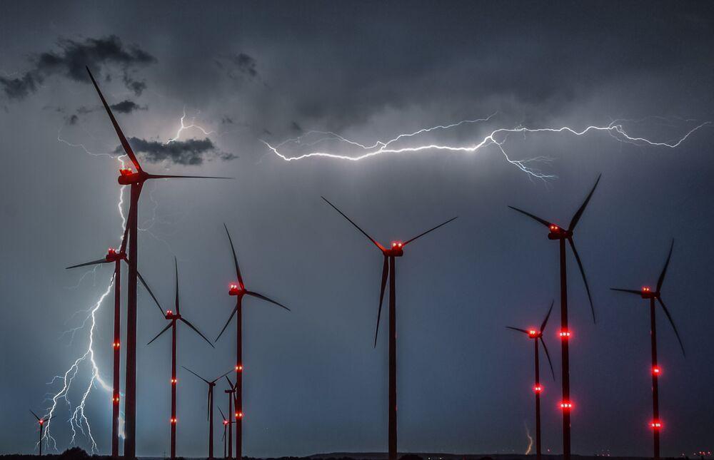 Błyskawice między wiatrakami w Niemczech