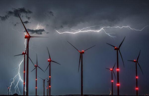 Błyskawice między wiatrakami w Niemczech - Sputnik Polska