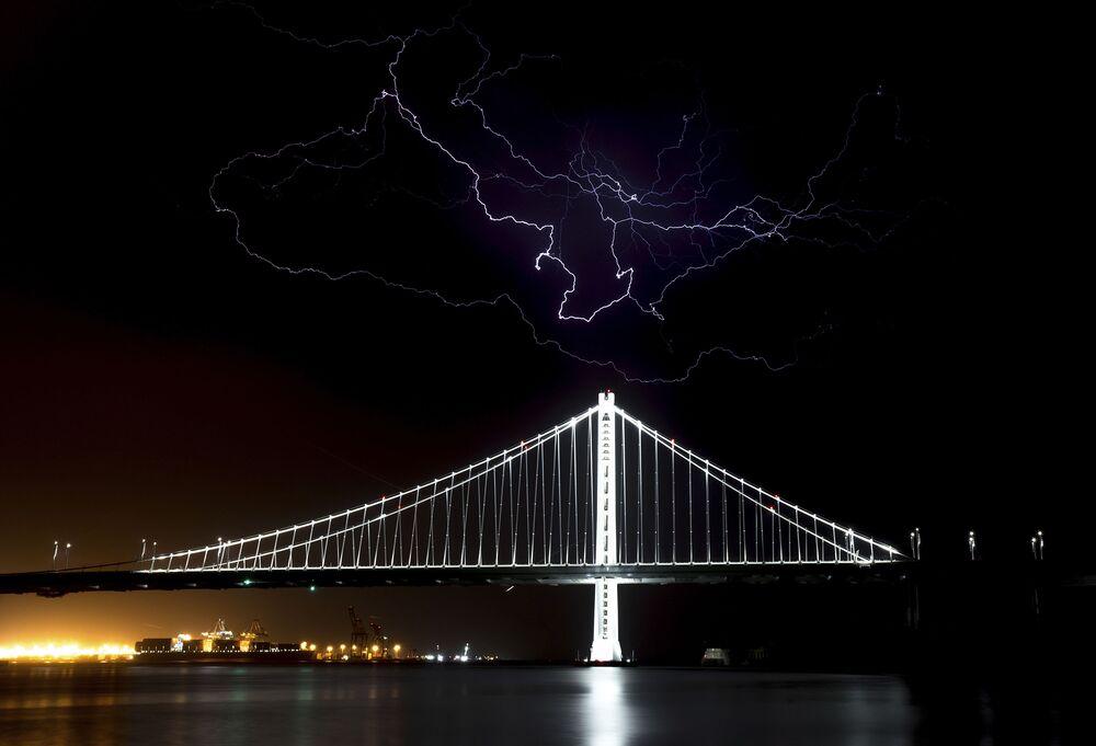 Błyskawice nad mostem San Francisco w Kalifornii