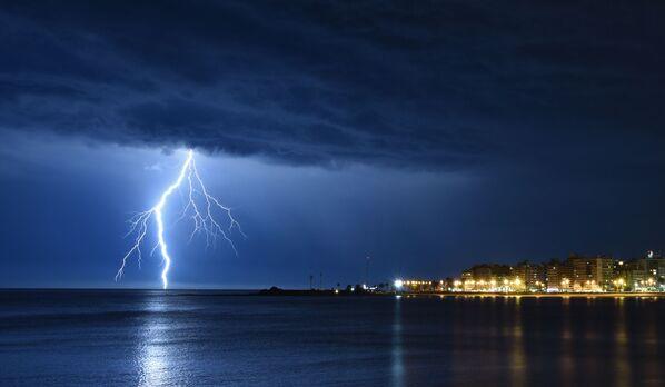 Błyskawice nad zalewem Montevideo w Urugwaju - Sputnik Polska