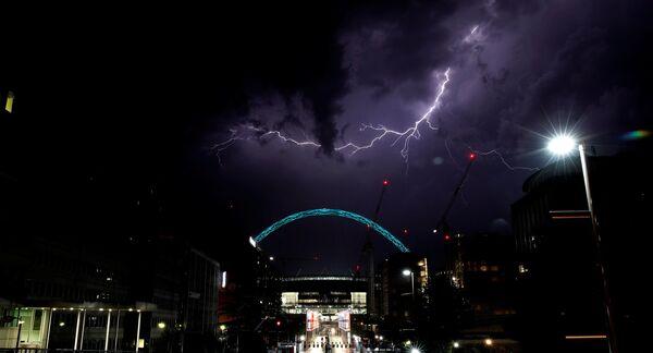 Błyskawica nad stadionem Wembley w Londynie - Sputnik Polska