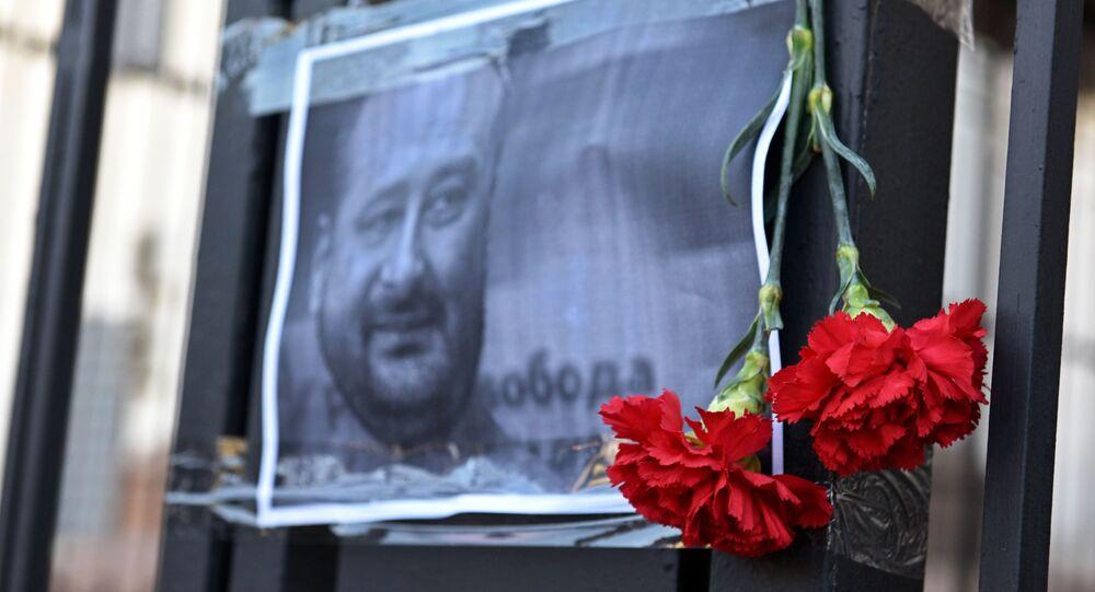 Kwiaty przy portrecie rosyjskiego dziennikarza Arkadija Babczenki pod budynkiem ambasady Rosji w Kijowie
