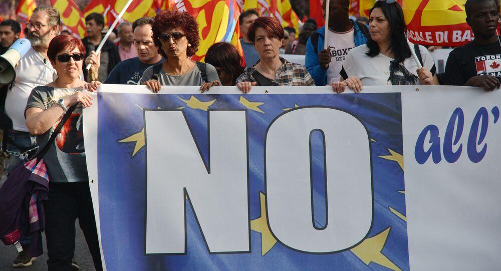 Uczestnicy akcji protestu przeciwko UE idą ulicami Rzymu