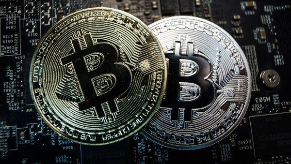 Monety pamiątkowe z logo kryptowaluty bitcoin - Sputnik Polska
