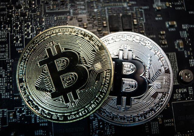 Monety pamiątkowe z logo kryptowaluty bitcoin