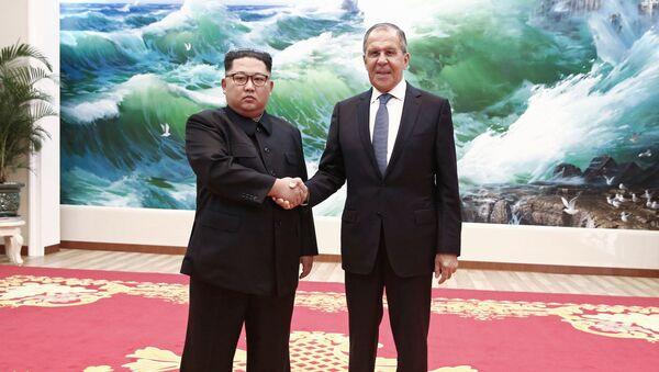 Minister Spraw Zagranicznych Federacji Rosyjskiej Siergiej Ławrow i lider Korei Północnej Kim Dzong Un na spotkaniu w Pjongjangu - Sputnik Polska