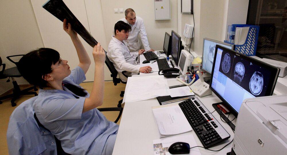 Lekarze i pielęgniarki przy konsoli tomografii rezonansu magnetycznego w centrum diagnostyki radiacyjnej Dalekowschodniego Uniwersytetu Federalnego