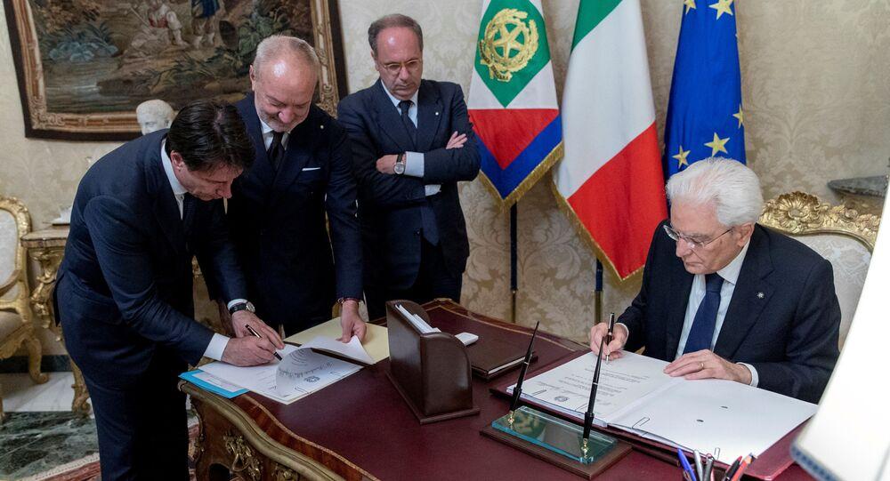 Mianowany na premiera Włoch Giuseppe Conte i prezydent Włoch Sergio Mattarella podpisują dokumenty