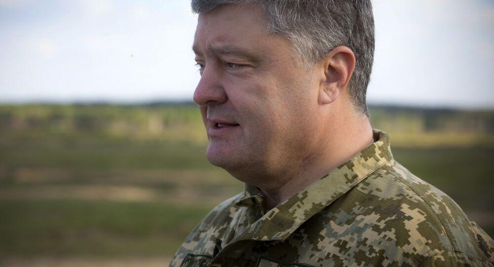 """Prezydent Ukrainy Petro Poroszenko na poligonie wojskowym, gdzie odbywają się testy amerykańskich systemów przeciwpancernych """"Javelin"""""""