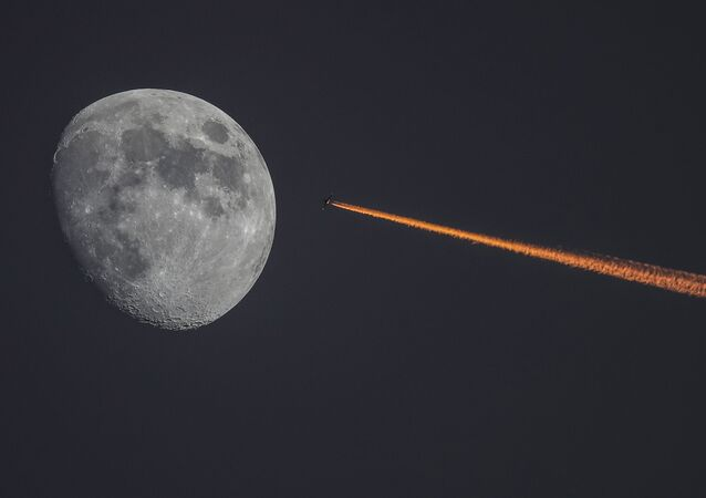 Księżyc i samolot przad zachodem słońca
