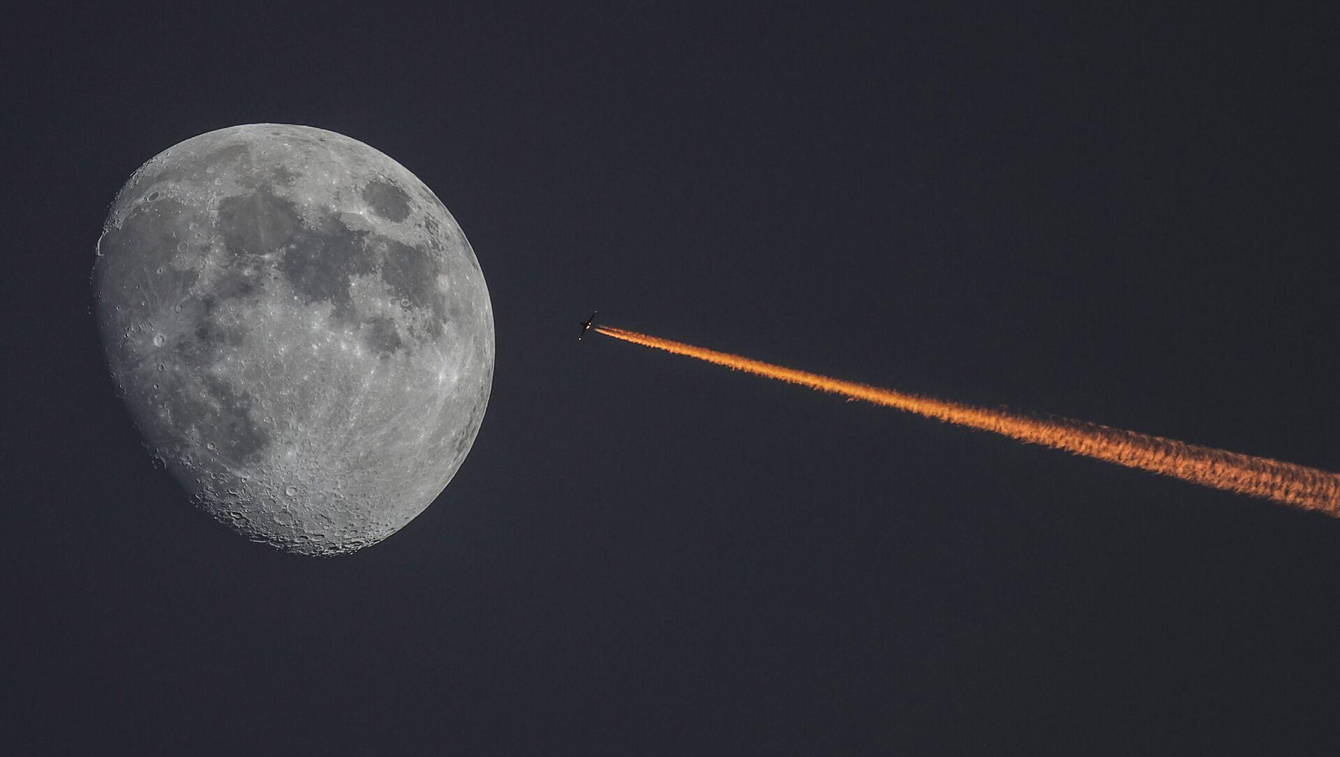 Księżyc i samolot przad zachodem słońca - Sputnik Polska, 1920, 09.03.2021