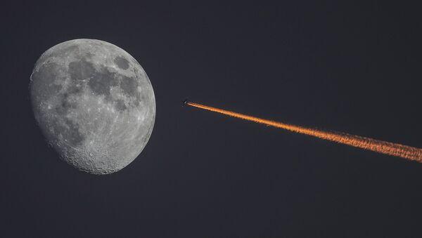 Księżyc i samolot przad zachodem słońca - Sputnik Polska