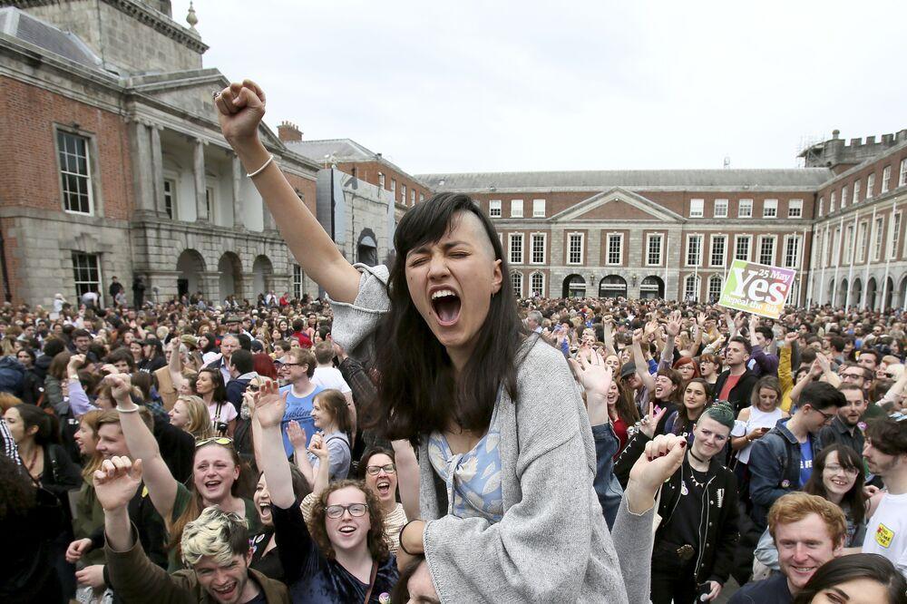 Zwolennicy ruchu Yes świętuja wyniki referendum ws. aborcji, Dublin