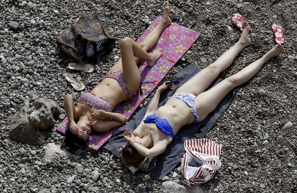 Dziewczyny, opalające się podczas Grand Prix Formuły 1