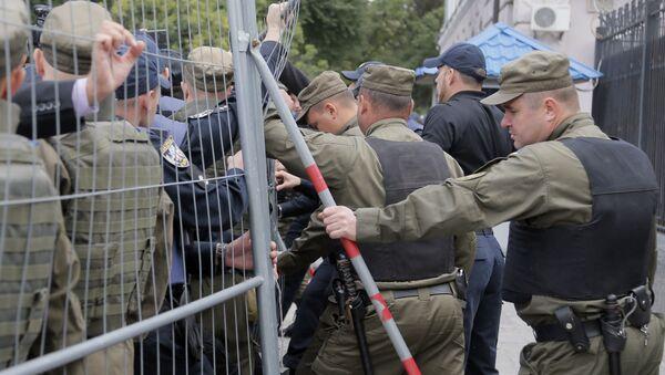 Policja obok ambasady Rosji w Kijowie podczas akcji protestacyjnych - Sputnik Polska