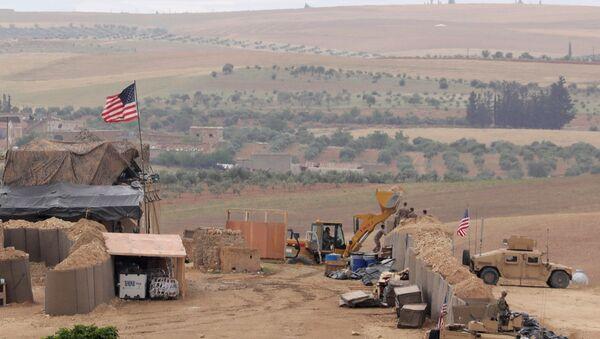 Amerykańscy wojskowi na pozycjach przy mieście Manbidż w północnej Syrii - Sputnik Polska