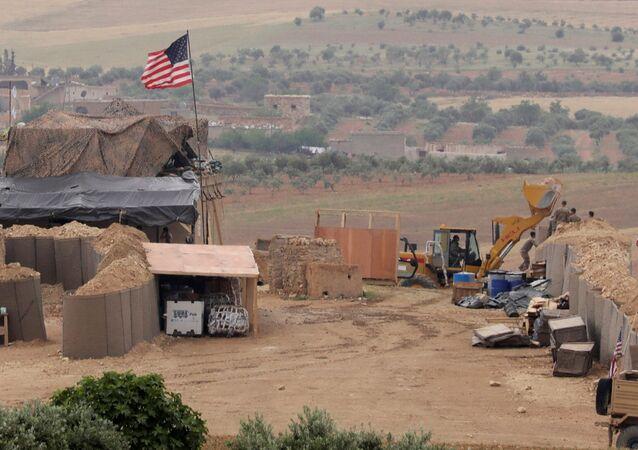 Amerykańscy wojskowi na pozycjach przy mieście Manbidż w północnej Syrii