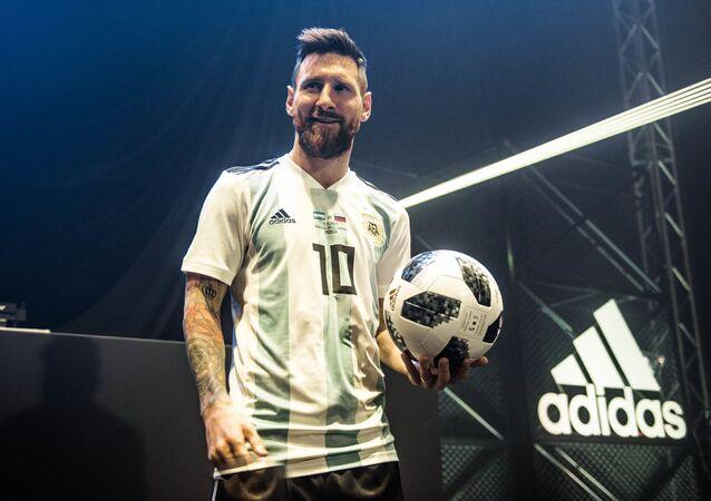 Lionel Messi z oficjalną piłką MŚ 2018