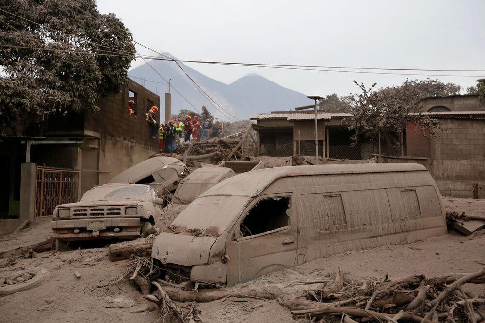 Pokryte popiołem auta po erupcji wulkanu w Gwatemali