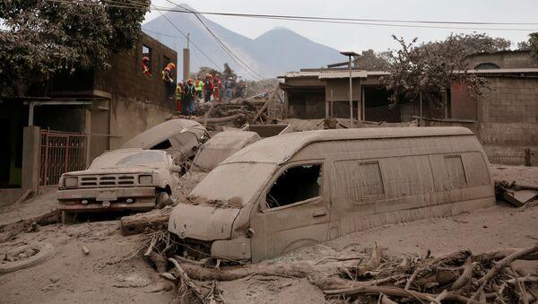 Pokryte popiołem auta po erupcji wulkanu w Gwatemali - Sputnik Polska