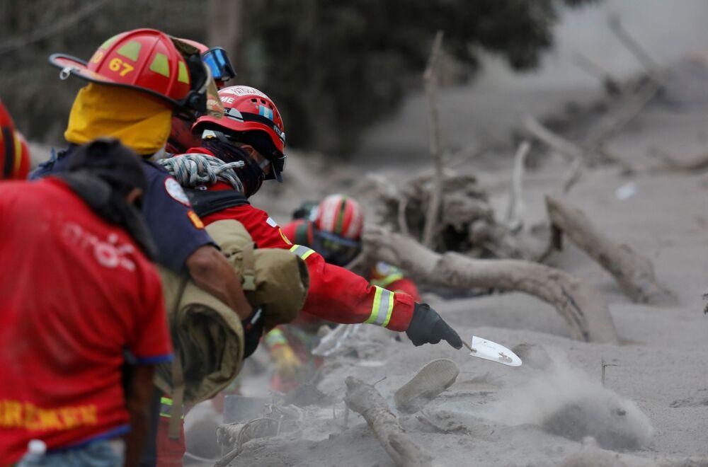 Ekipa ratunkowa na miejscu kataklizmu