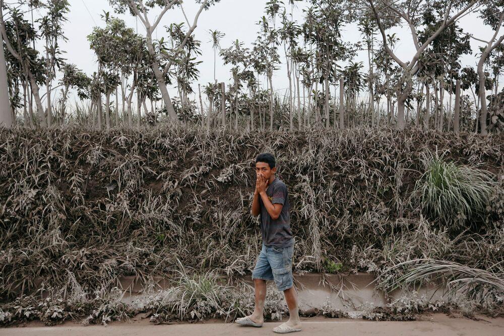 Mężczyzna w strefie erupcji wulkanu Fuego w Gwatemali