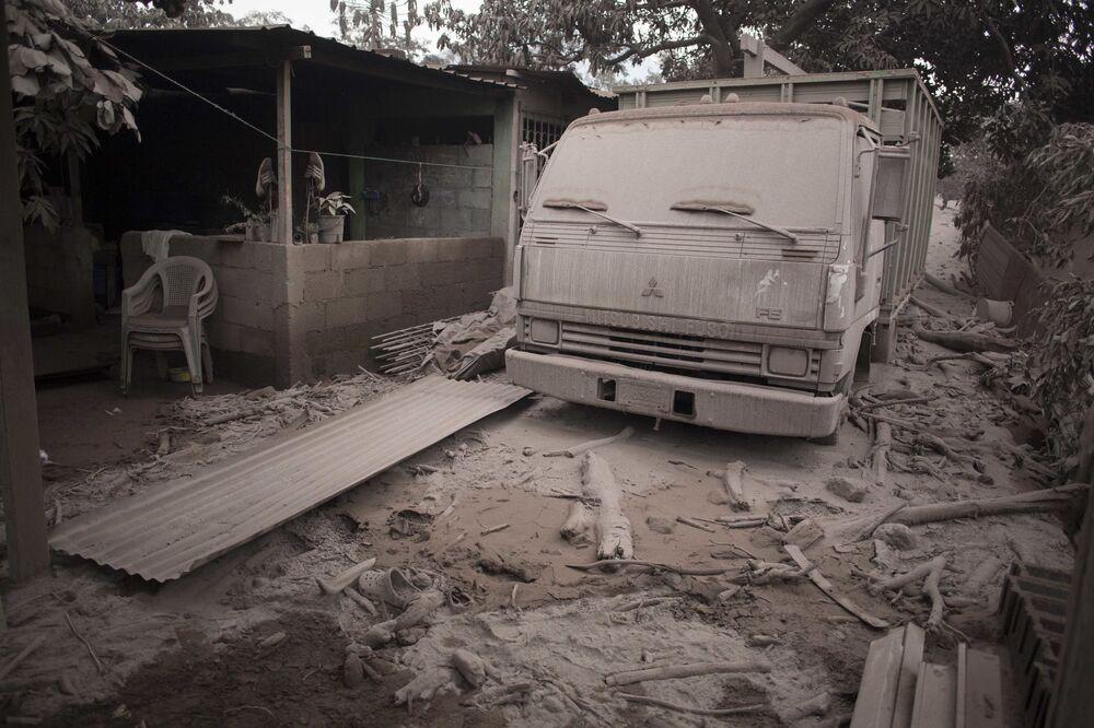 Pokryta popiołem ciężarówka