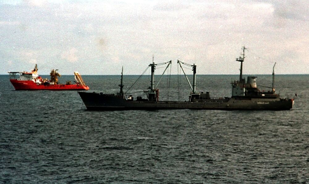 Statek ratowniczy Michaił Rudnickij i norweski statek ratowniczy Normand Pioneer
