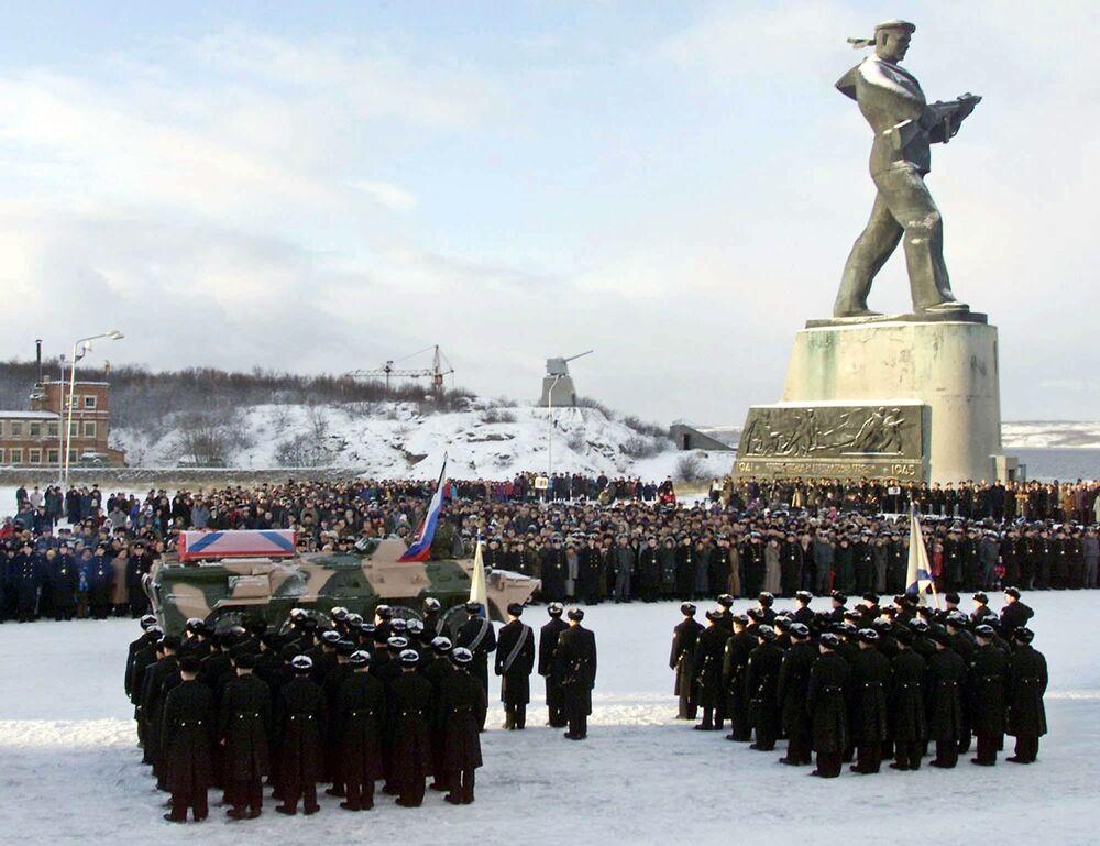 Ceremonia żałobna ku czci członków załogi zatopionego okrętu Kursk