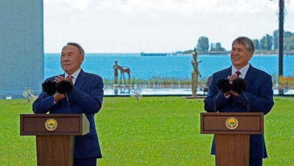 Prezydent Kazachstanu Nursultan Nazarbajew i prezydent Kirgistanu Ałmazbek Atambajew na ceremonii otwarcia granicy między Kirgistanem i Kazachstanem - Sputnik Polska