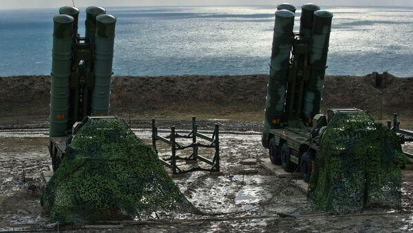 Przeciwlotniczy system rakietowy S-400 Triumf pułku obrony przeciwlotniczej w Teodozji, Krym. Zdjęcie archiwalne - Sputnik Polska