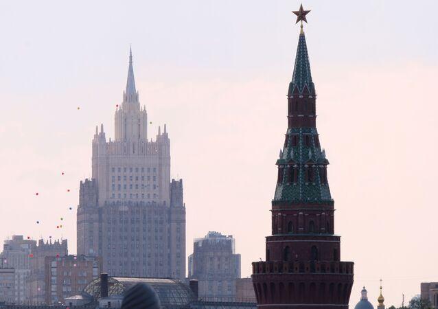 Siedziba MSZ Rosji i wieża Moskiewskiego Kremla