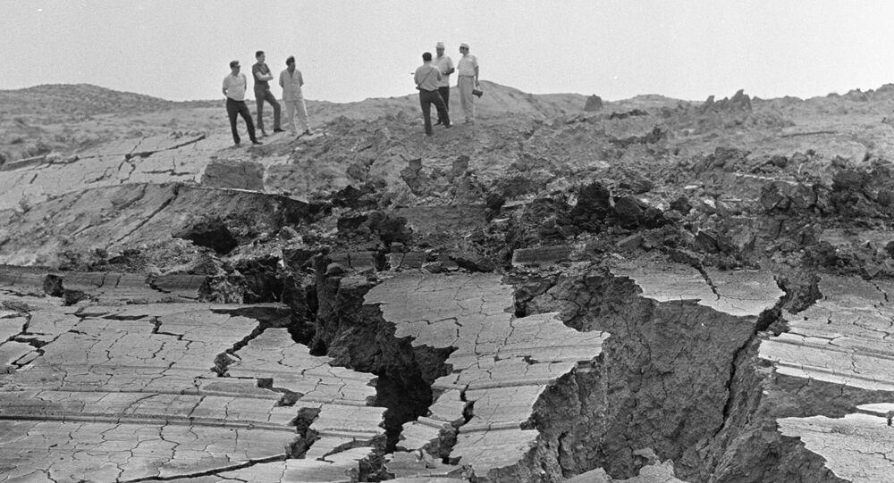 Pęknięcia w ziemi powstałe w wyniku ruchów tektonicznych