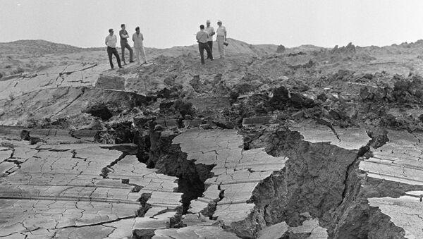 Pęknięcia w ziemi powstałe w wyniku ruchów tektonicznych - Sputnik Polska