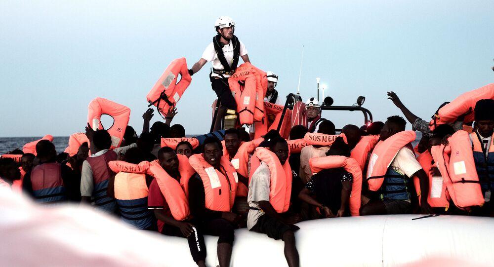 Ocaleni przez pracowników statku Aquarius migranci na Morzu Śródziemnym