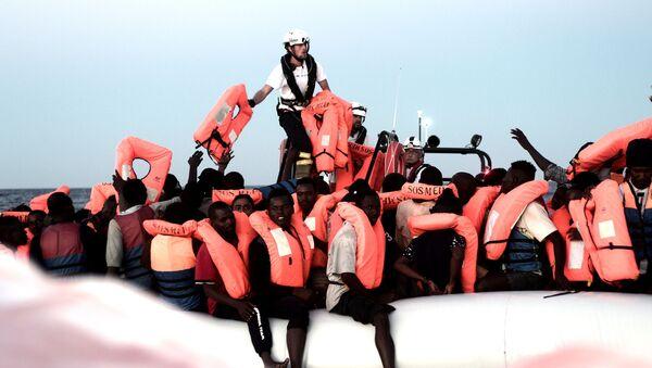 Ocaleni przez pracowników statku Aquarius migranci na Morzu Śródziemnym - Sputnik Polska