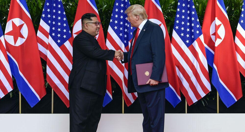 """Przywódca Korei Północnej Kim Dzong Un i prezydent USA Donald Trump po podpisaniu końcowego dokumentu szczytu """"USA-Korea Północna"""""""